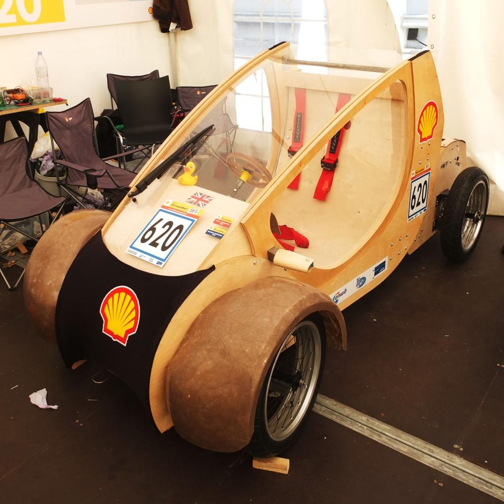 Bilde av bil laget av papp og tre